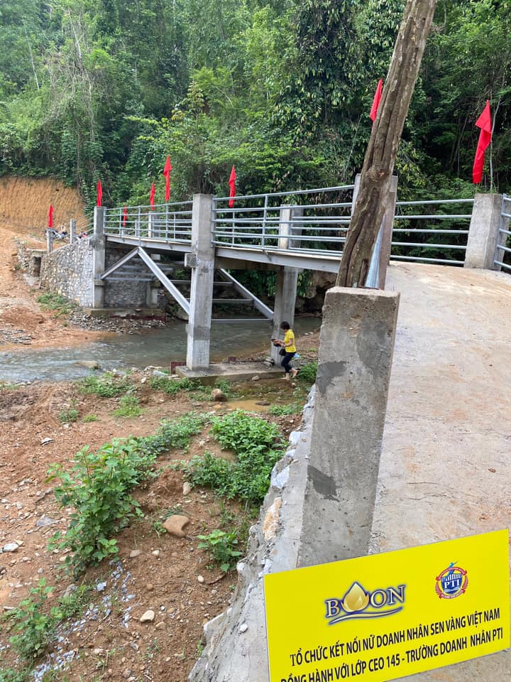 Cây cầu giúp các hộ dân và các em học sinh không còn lo đi lại khó khăn mỗi khi mùa lũ đến